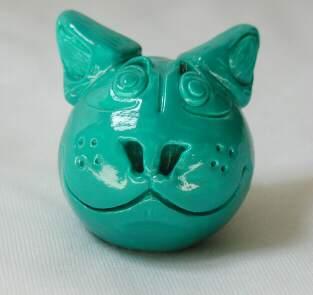 un chat bleu turquoise de face